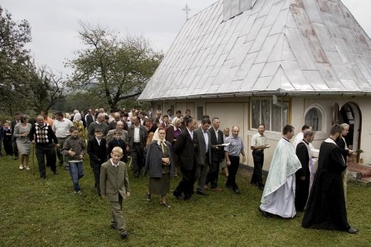 After an open air ceremony, the peasants circle the church for 3 times allowing the priests to open the way. The chorus, formed by the most talented villagers, accompany the mass while singing religious songs right behind the priests group.