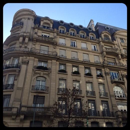 On se croirait à Paris. Durant l'âge d'or de Buenos Aires, les gens riches voulaient que leur ville ressemble à Paris.