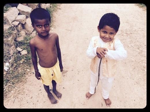 Sur le chemin menant au temple de Hanuman, le dieu singe. Les enfants aiment beaucoup être pris en photo ici.