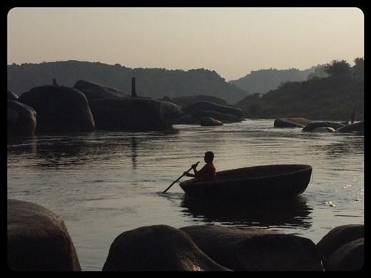 Barque en forme de soucoupe. Photo prise tôt le matin.