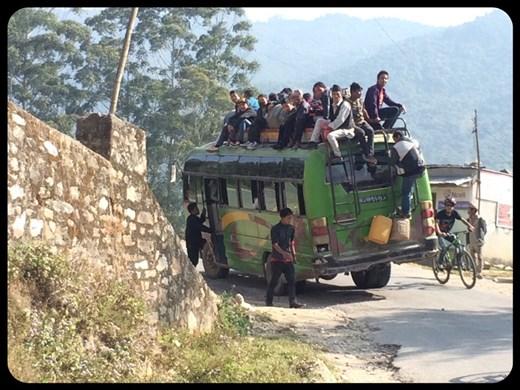 Plus de place dans le bus :-( Plus de choix donc, nous grimpons les collines et les descendons une après une. Bonjour les courbatures! :-(