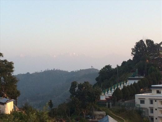 On peut voir la chaîne de l'Himalaya dans le fond, plus visible à l'œil nu. Si si, plissez les yeux un peu plus et ça y est! :-) Après avoir observé le lever du soleil, nous entamons notre troisième et  dernier jour de rando, pas mal fatigués et surtout avec pas mal de courbatures. Puis retour à Kathmandu, c'est comme