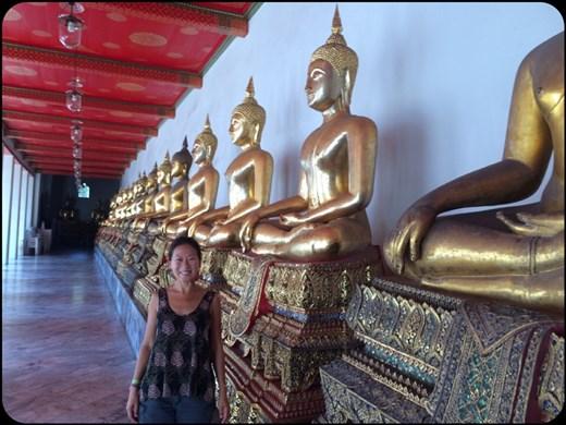 Autour du temple principal s'étendent deux galeries avec près de 400 bouddhas assis.