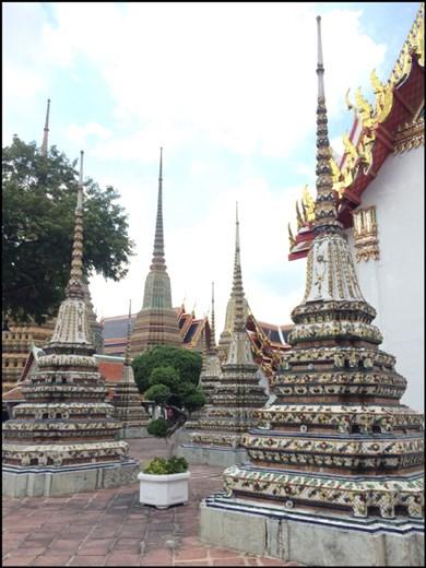 Dans le parc de Wat Pho sont disséminés de nombreux petits temples et quatre beaux chedîs aux flèches élancées, recouverts de céramique et représentant les premiers rois de la dynastie actuelle.