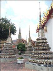Dans le parc de Wat Pho sont disséminés de nombreux petits temples et quatre beaux chedîs aux flèches élancées, recouverts de céramique et représentant les premiers rois de la dynastie actuelle.: by finally, Views[339]