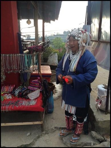 Femme typique de la tribu des Akha qui peuple les montagnes alentours et originaire de Chine.