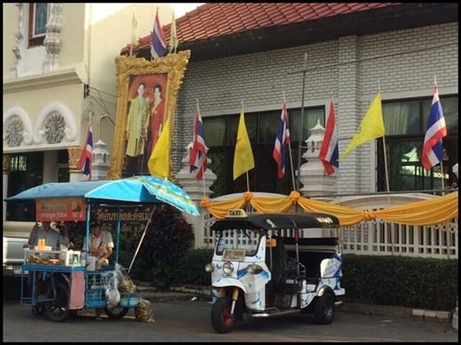 Tuk tuk qui sillonne les rues de Chiang Mai à la recherche de touristes.