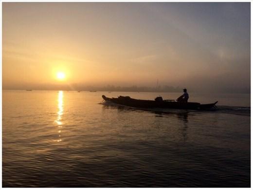 Lever du soleil sur le Mékong. En route pour la visite d'un autre marché flottant.