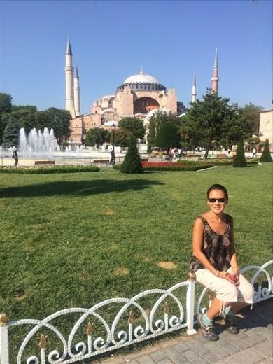 Devant la fameuse Sainte-Sophie. Elle est une grande église chrétienne de Constantinople construite dans un premier temps au IV siècle, puis reconstruite bien plus grande au VI siècle où elle a acquis sa forme actuelle. Elle est devenue mosquée au XV siècle sous Mehmet II.Depuis 1934, elle n'est plus un lieu de culte mais un musée.