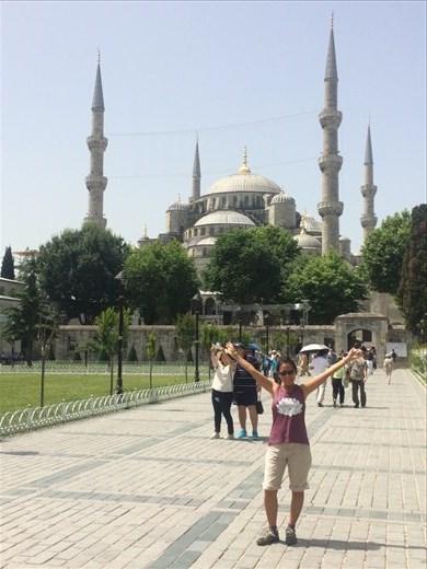 La mosquée d'Istanbul est l'une des mosquées les plus connues sous le nom Mosquée bleue pour les céramiques à dominante bleue qui ornent les murs intérieurs.