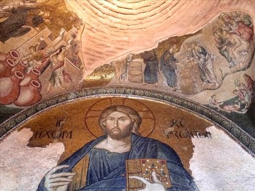 En 1511, l'église byzantine Chora fut convertie en mosquée par les Turcs Ottomans ; elle devint un musée en 1948. L'intérieur est couvert de fines mosaïques et de fresques. Son plan en croix grecque servit, jusqu'au XVIII siècle, de modèle à toutes les églises orthodoxes d'Istanbul.