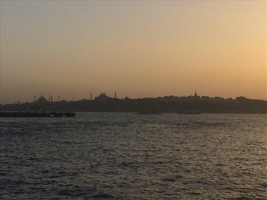 Coucher du soleil sur le Bosphore qui fait ressortir les silhouettes des multiples mosquées d'Istanbul.