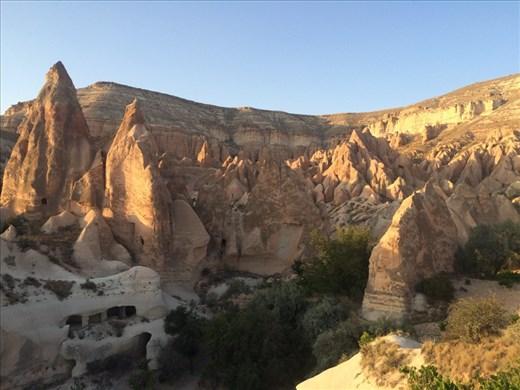 Belles couleurs lors du coucher du soleil sur une des vallées du parc national de Göreme.