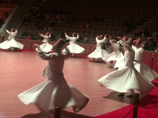 Cérémonie des derviches tourneurs à Konya. On s'est demandé comment ils ne tombaient pas d'étourdissement après avoir tourner si longtemps.