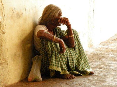 Trichy. Mujer sentada en el  Templo Sri Ranganathaswamy (Templo a Vishnu)