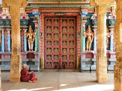 Trichy. Puerta al Paraíso que solo se abre 10 días por año y se ve que la señora, espera sentada. Templo Sri Ranganathaswamy (Templo a Vishnu)