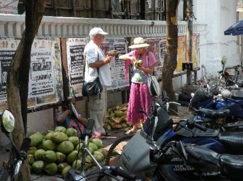 Turistas europeos tomando agua de coco...