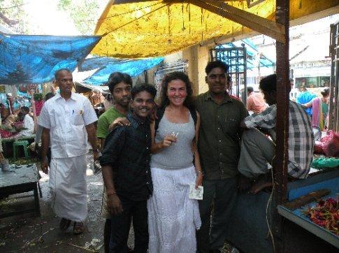 Los adoradores de Divah. Estos vendedores de flores en el mercado, pidieron fotografiarse conmigo, después de regalarme 4 jazmincitos que tengo en la mano