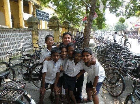 Chicos a la salida de un colegio que también querían fotografiarse