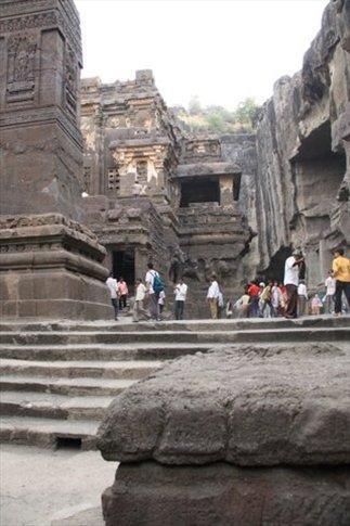 Ellora (templos tallados directamente dentro de la montaña en el siglo VI DC)