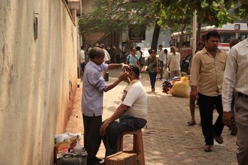 Mumbai, hombre afeitándose en la calle