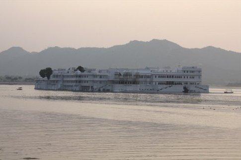 Udaipur, región de Rajasthan Lake Palace (palacio construido en medio del lago)
