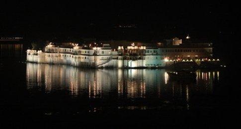 Udaipur, región de Rajasthan Lake Palace de noche