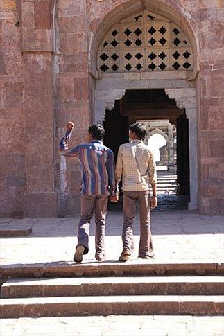 Mandu, hombres agarrados de la mano en Mezquita Jami Masjid