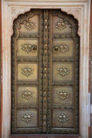 Jaipur, región de Rajasthan. Detalle de una puerta del Royal Palace