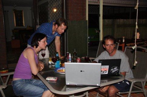 En la casa de Adam y Lara a la noche
