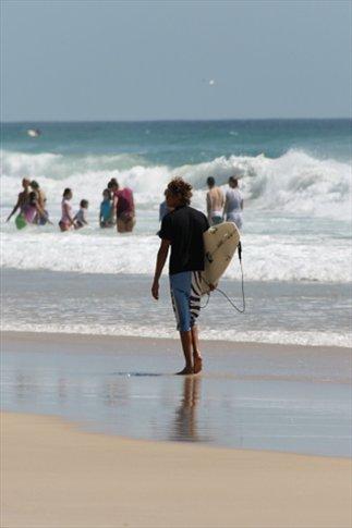 Surfista en Surfers Paradise (playa en la Gold Coast)