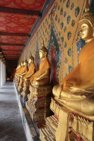 Budas en fila en el templo Wat Arun