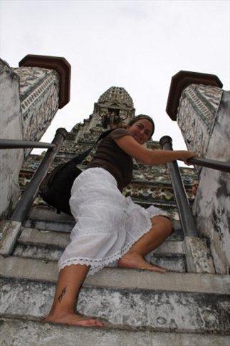 Escalera empinadísima de Wat Arun (si miran atentamente tb van a poder ver mi tatuaje...a pedido del público)