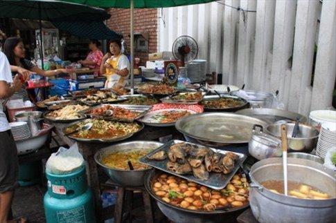 En plena calle cocinan estos platos deliciosos (y también los comen sentados en mesas y sillitas de plástico en la vereda)