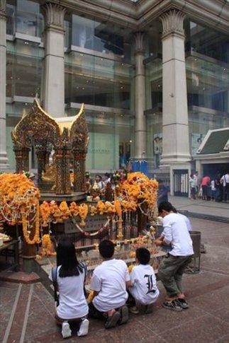 Altar emplazado en uno de los shoppings de Sukhumvit.