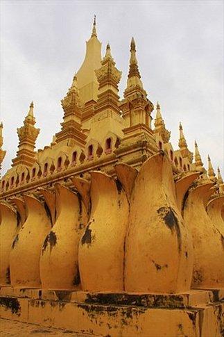 Pha That Luang Stupa más importante de Laos. Símbolo nacional. Tiene forma de loto, lo que simboliza el crecimiento