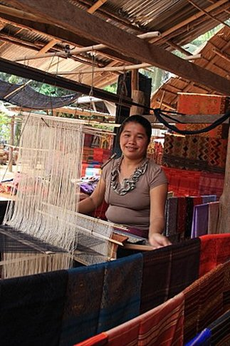 Mujer hilando las fantásticas pashminas de seda que son típicas de esta zona