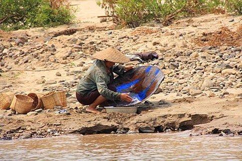Buscando pepitas de oro en el Mekong
