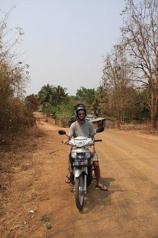 Poncharello extraña su moto, así que nos alquilamos una para recorrer los alrededores