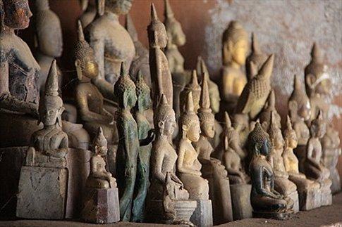 Budas dentro de la cueva de Pak Ou