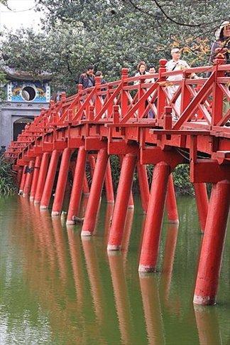 Puente sobre el Lago Hoan Kiem
