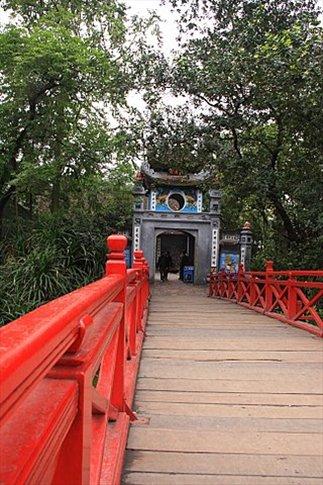 Puente sobre el lago Kiem Lake