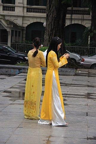Vietnamitas con su típico y elegante atuendo