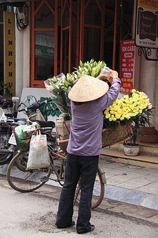 Mujer vendiendo flores