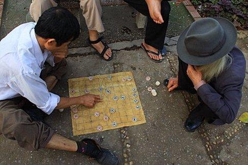 Jugando al mahjong en la vereda