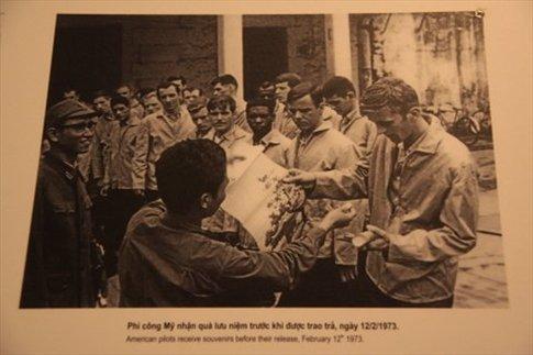 Foto de los prisioneros de Hoa Lo recibiendo
