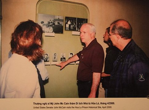 Foto de John McCain visitando la cárcel de Hoa Lo en su visita a Vietnam en el año 2000