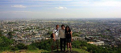 Nacho y nosotros con Osaka de fondo