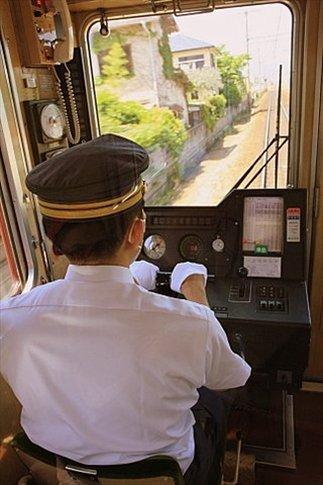 Conductor de tren. Nótese el gorro y los guantes blancos