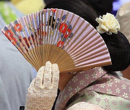 Señora que se cubre con abanico en el Aoi Matsuri (Festival de la hoja de aoi)